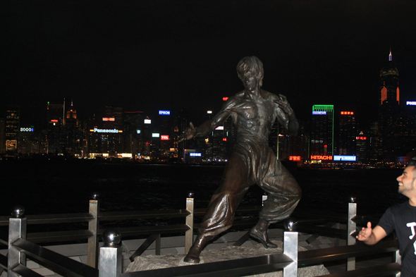 Гонконг памятник Брюс Ли фото