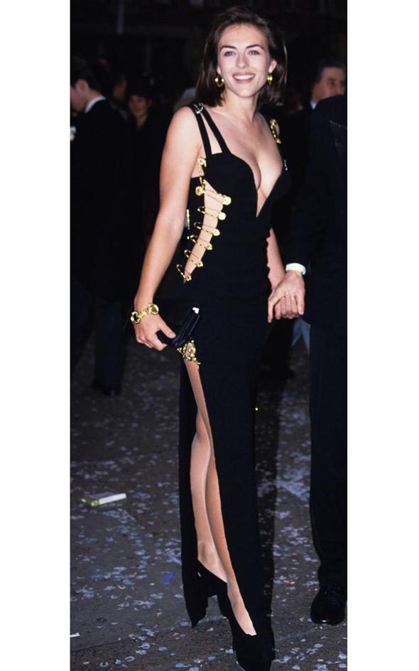 Элизабет Хёрли в платье от Версачи